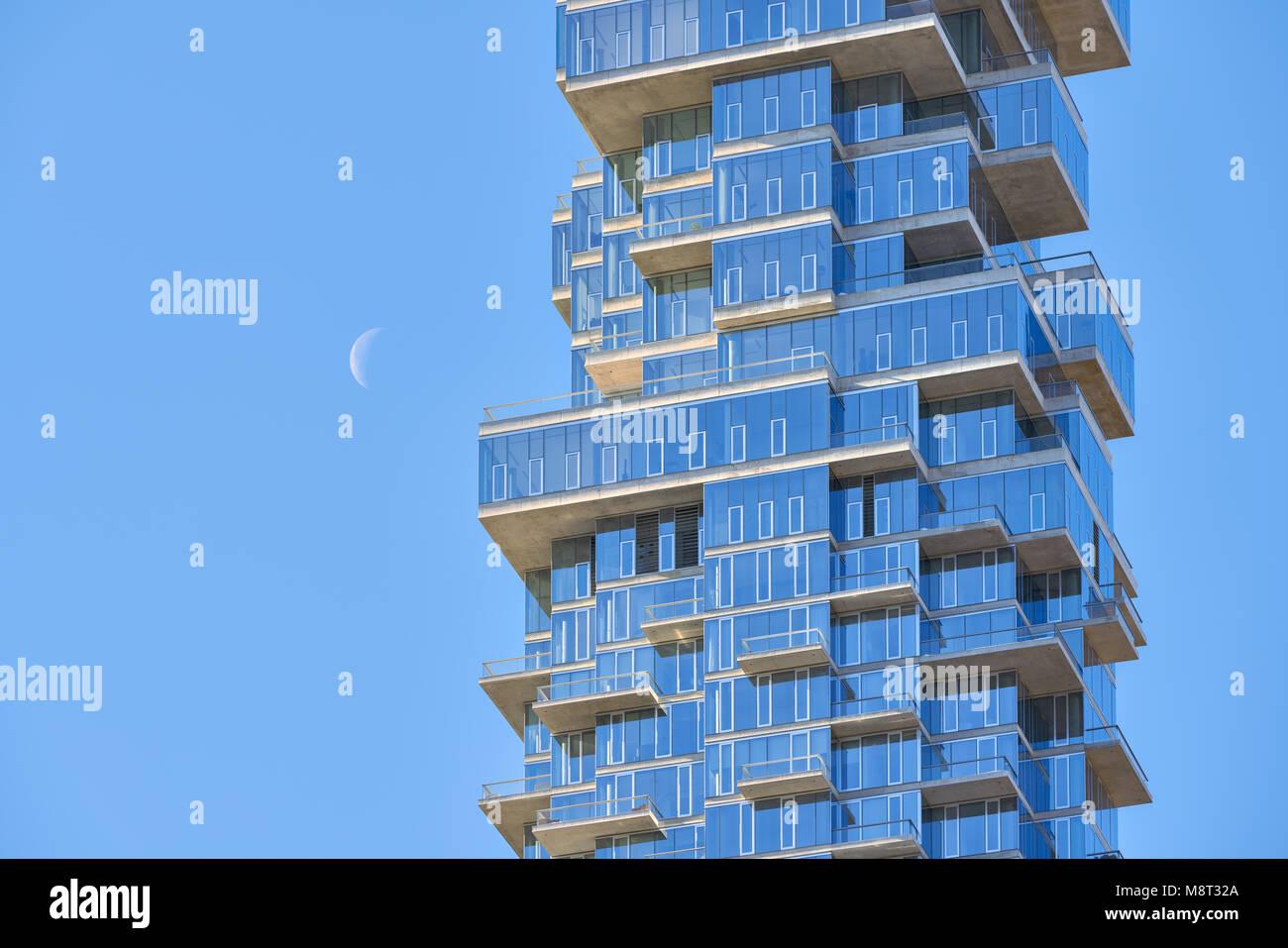 Luxus Gebäude (56 Leonard Street) im Herzen von Tribeca und der zunehmende Mond. Lower Manhattan, New York Stockbild