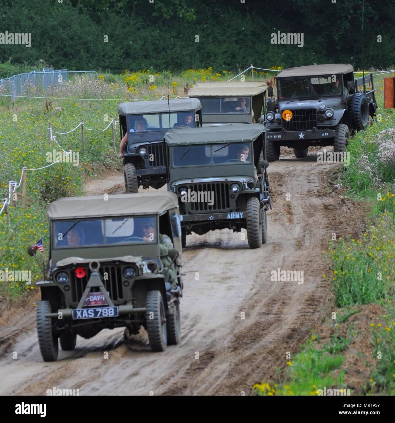 Vier Willys Jeeps führenden ein Dodge M37 3/4-Tonner im Krieg 2017 und Frieden Erweckung im Hop Farm in der Nähe Stockfoto