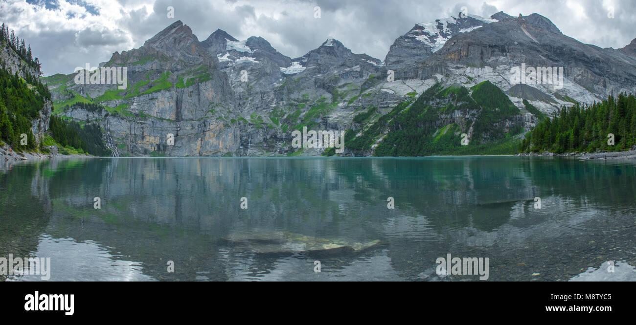 Fantastischer Panoramablick der Oeschinensee, alpine Tarn, Schweizer Alpen. Emerald Lake, tief blauen Wasser, noch Stockbild
