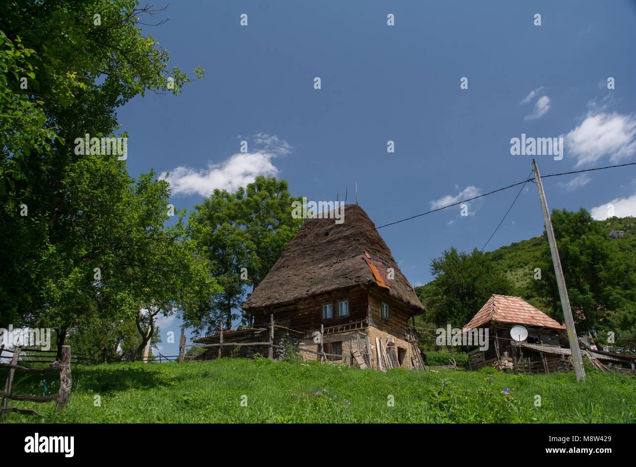 Nice Traditionelles Haus Aus Holz Mit Stroh Im Apuseni Gebirge, Siebenbürgen,  Rumänien. Vernikulare Architektur.