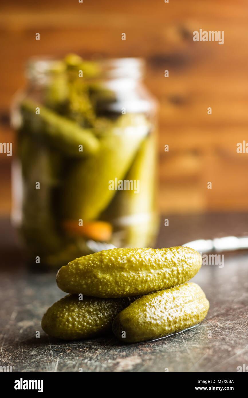 Essiggurken in der Schüssel. Lecker erhalten Gurken auf alten Küchentisch. Stockbild