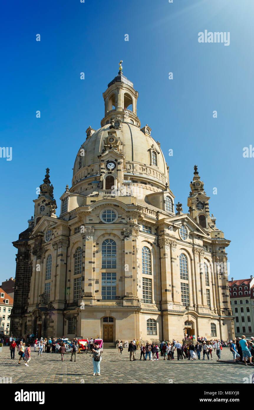 DRESDEN, Deutschland - 17. SEPTEMBER 2014: Menschen im Zentrum der Altstadt, in der Nähe von Frauenkirche (Muttergottes Stockbild