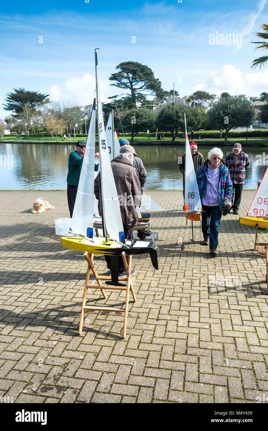 Modell Yachten, die Mitglieder der Newquay Modell Yacht Club an trenance See in Newquay Cornwall. Stockbild