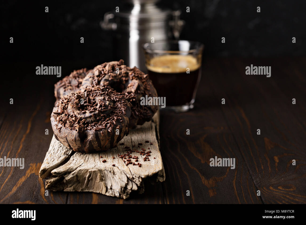 Schokolade Donut mit Espresso Stockbild