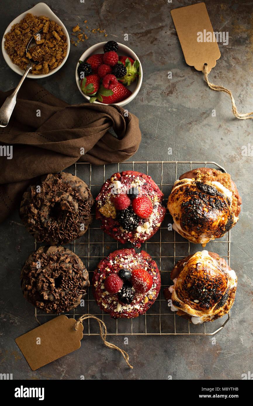 Vielzahl von Donuts auf eine Kühlung Rack Stockbild
