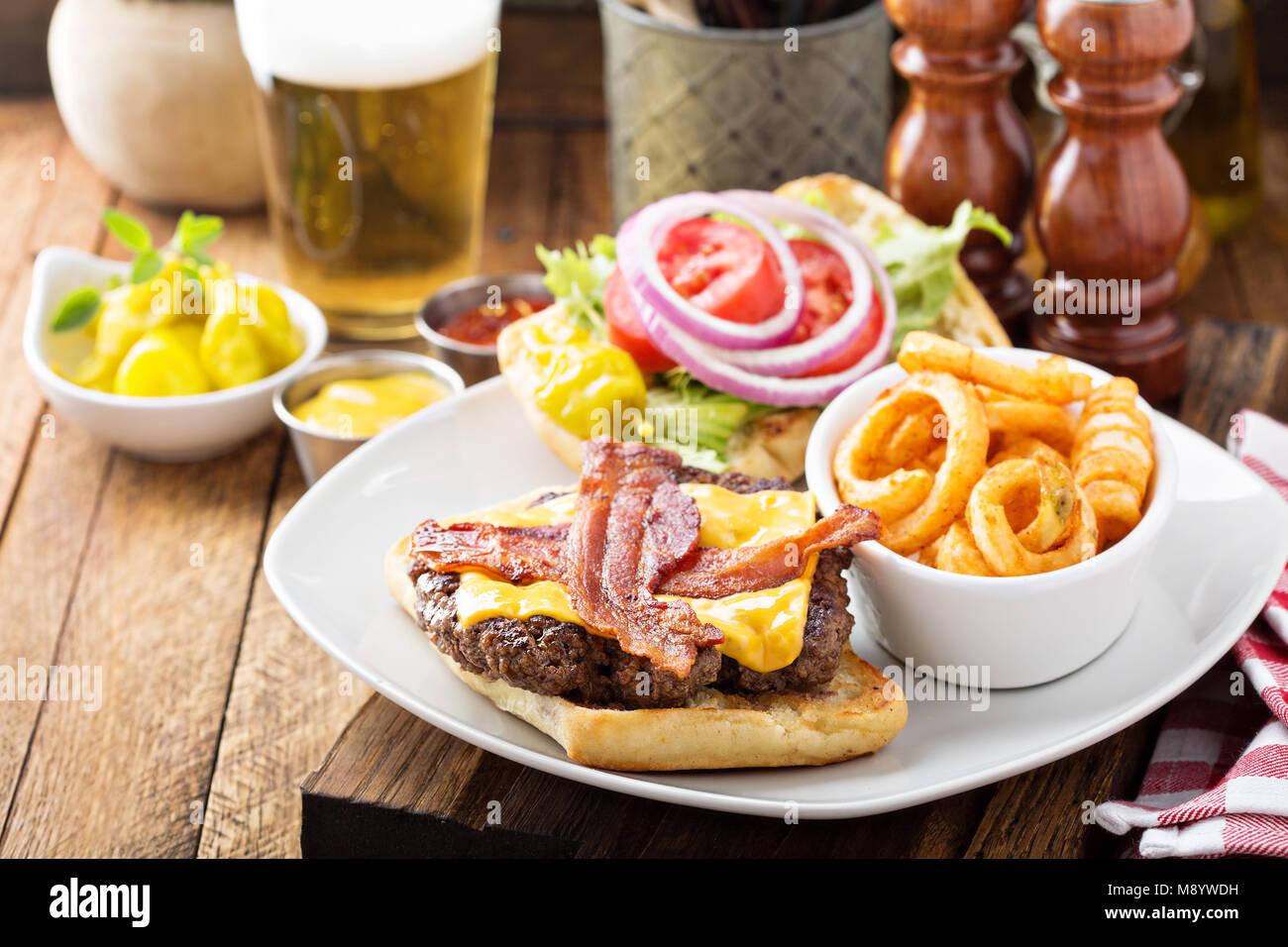 Traditionelle amerikanische Burger mit Käse und Speck Stockbild