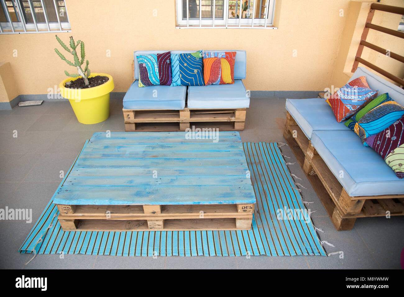 Cool Terrassenmobel Aus Holzpaletten Blau Lackiert Mit Kraftigen