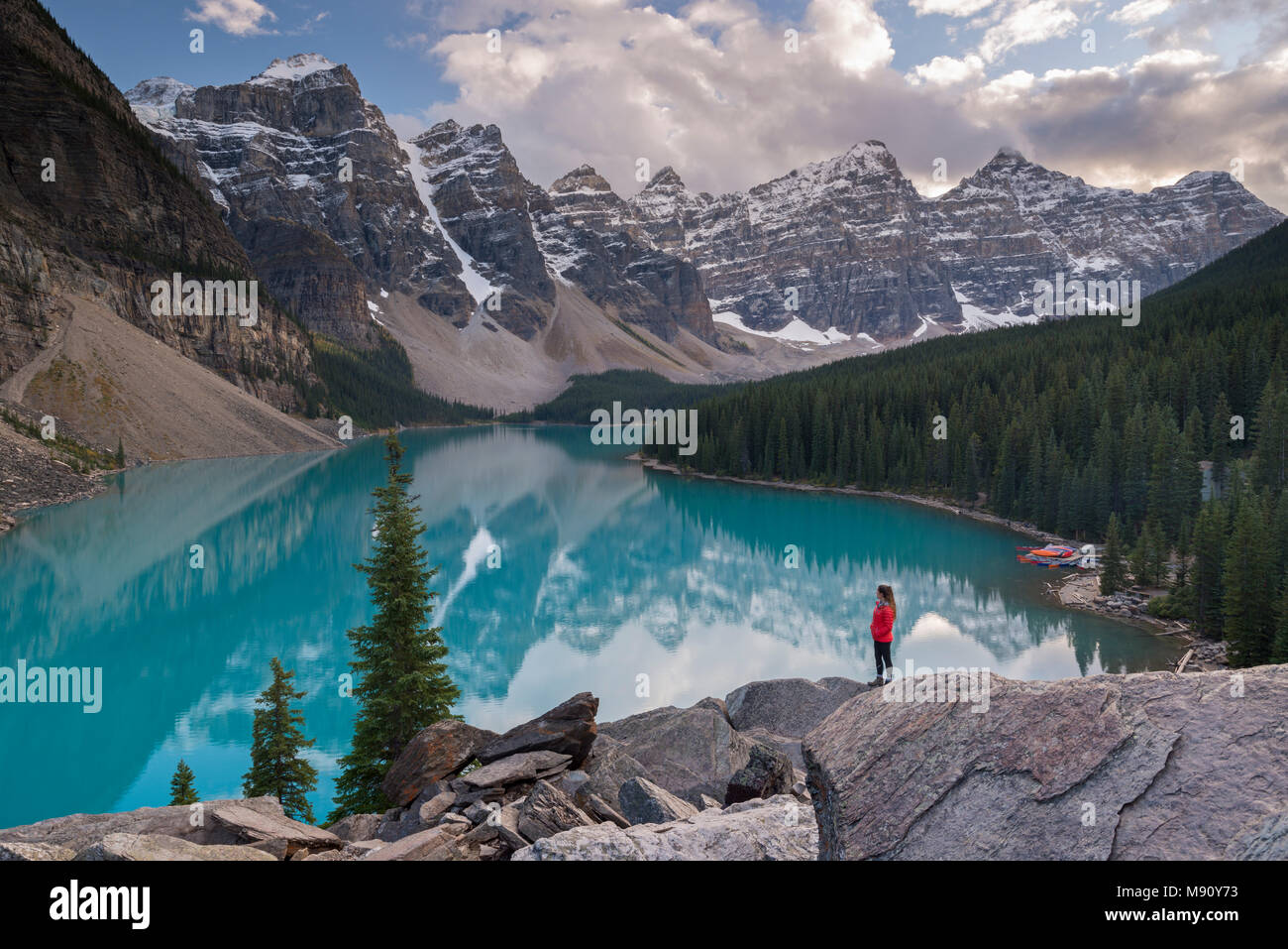 Frau Suchen über Moraine Lake Rockpile, aus den kanadischen Rocky Mountains, Banff National Park, Alberta, Kanada. Herbst (September) 2017. Stockbild