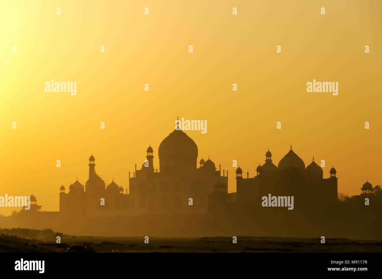Sonnenaufgang Blick auf das Taj Mahal in Agra, Uttar Pradesh, Indien. Es ist eine der am meisten besuchten Sehenswürdigkeiten in Indien. Stockbild