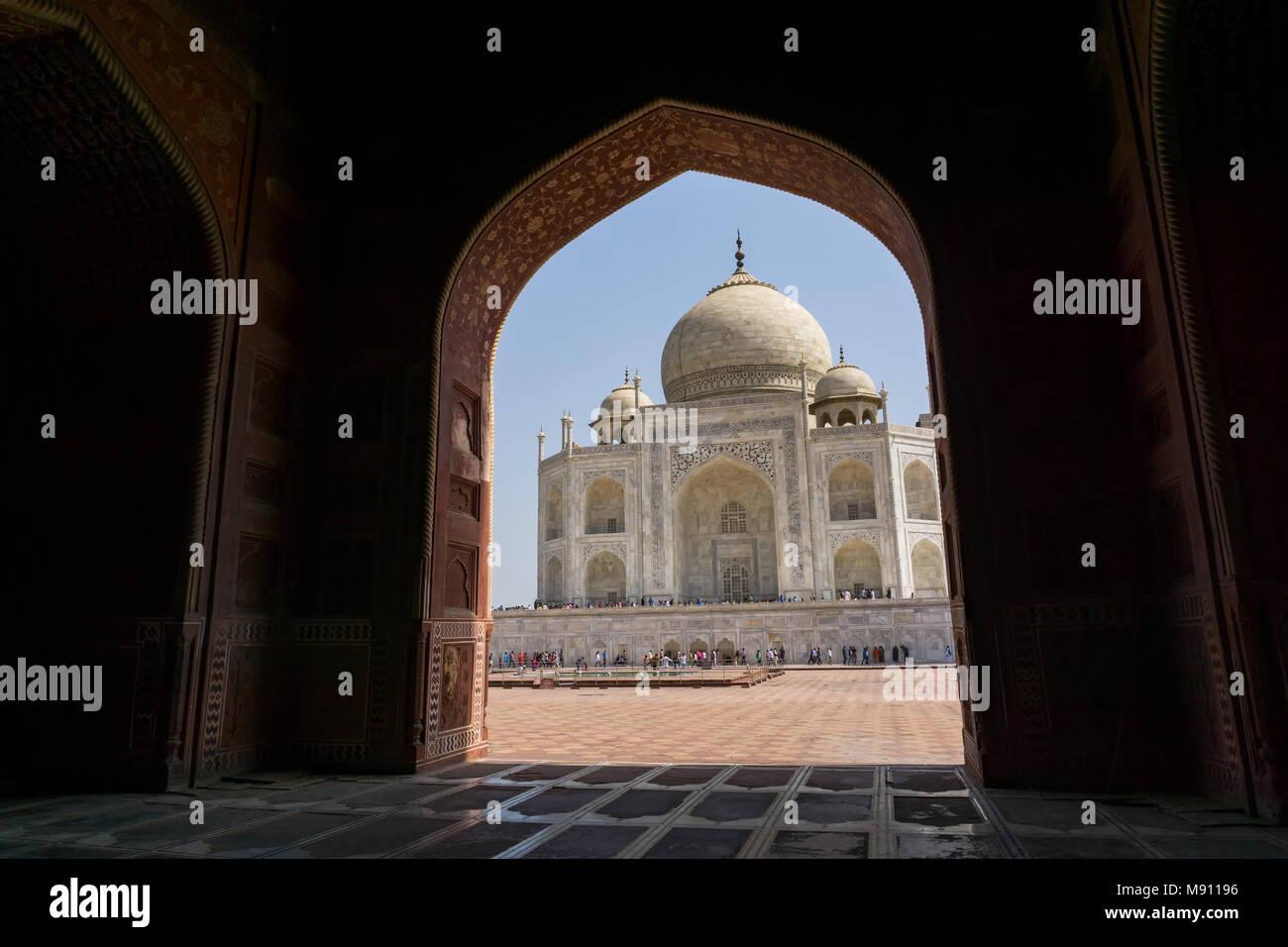 Blick auf das Taj Mahal in Agra, Uttar Pradesh, Indien. Es ist eine der am meisten besuchten Sehenswürdigkeiten in Indien. Stockbild