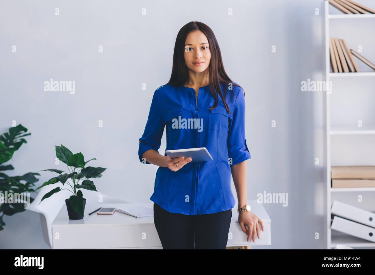 Moderne attraktive Frau mit digitalen Tablet Stockbild