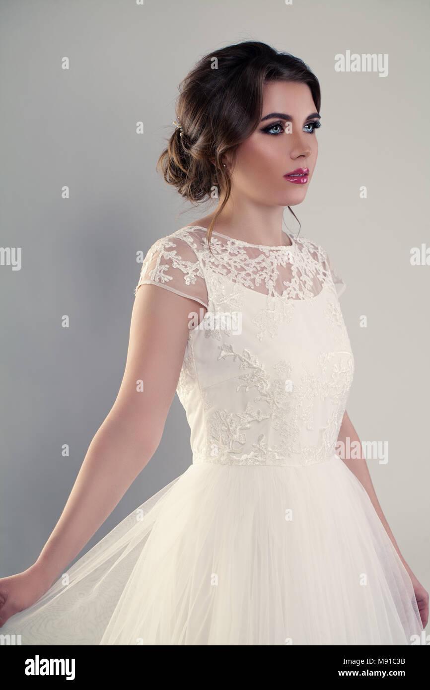 Perfekte junge Frau Verlobte tragen weiße Hochzeit Kleid Stockfoto ...