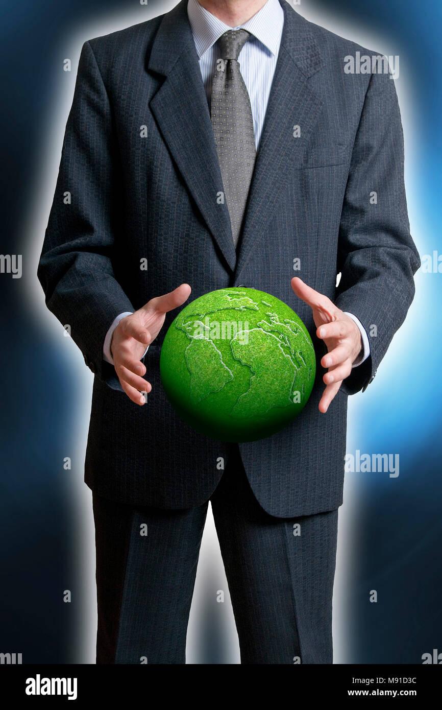 Mann hält eine grüne Erde - corporate social responsibility Konzept Stockbild