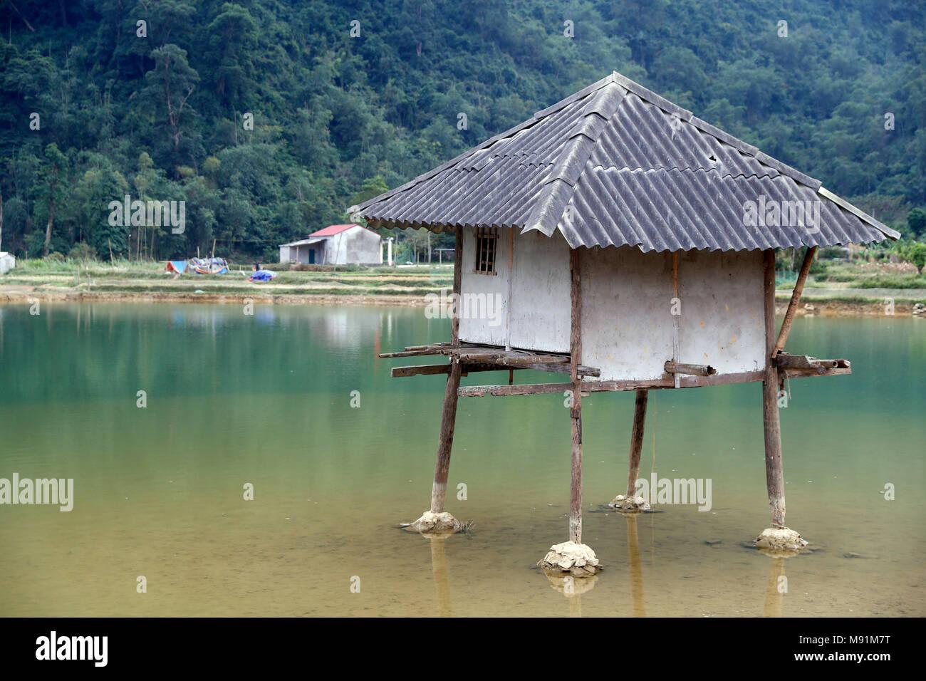Kleines Haus am See. Bac Sohn. Vietnam Stockfoto, Bild: 177673436 ...