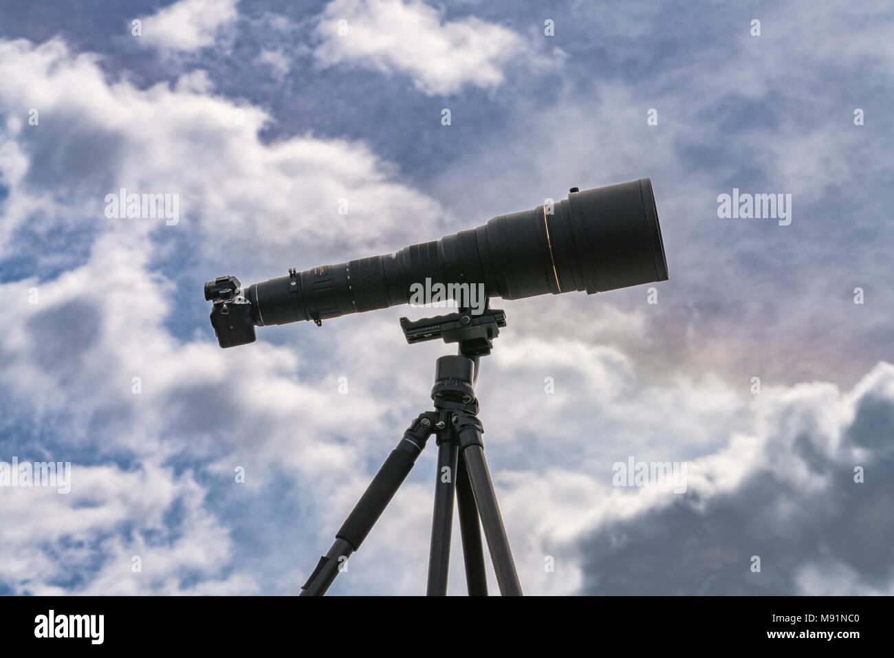 Kamera auf einem Stativ mit einer langen Objektiv, 800 mm. Stockbild