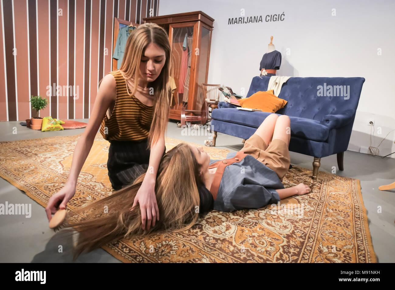 Zagreb Kroatien 16 Marz 2018 Zwei Models Tun Die Leistung Auf