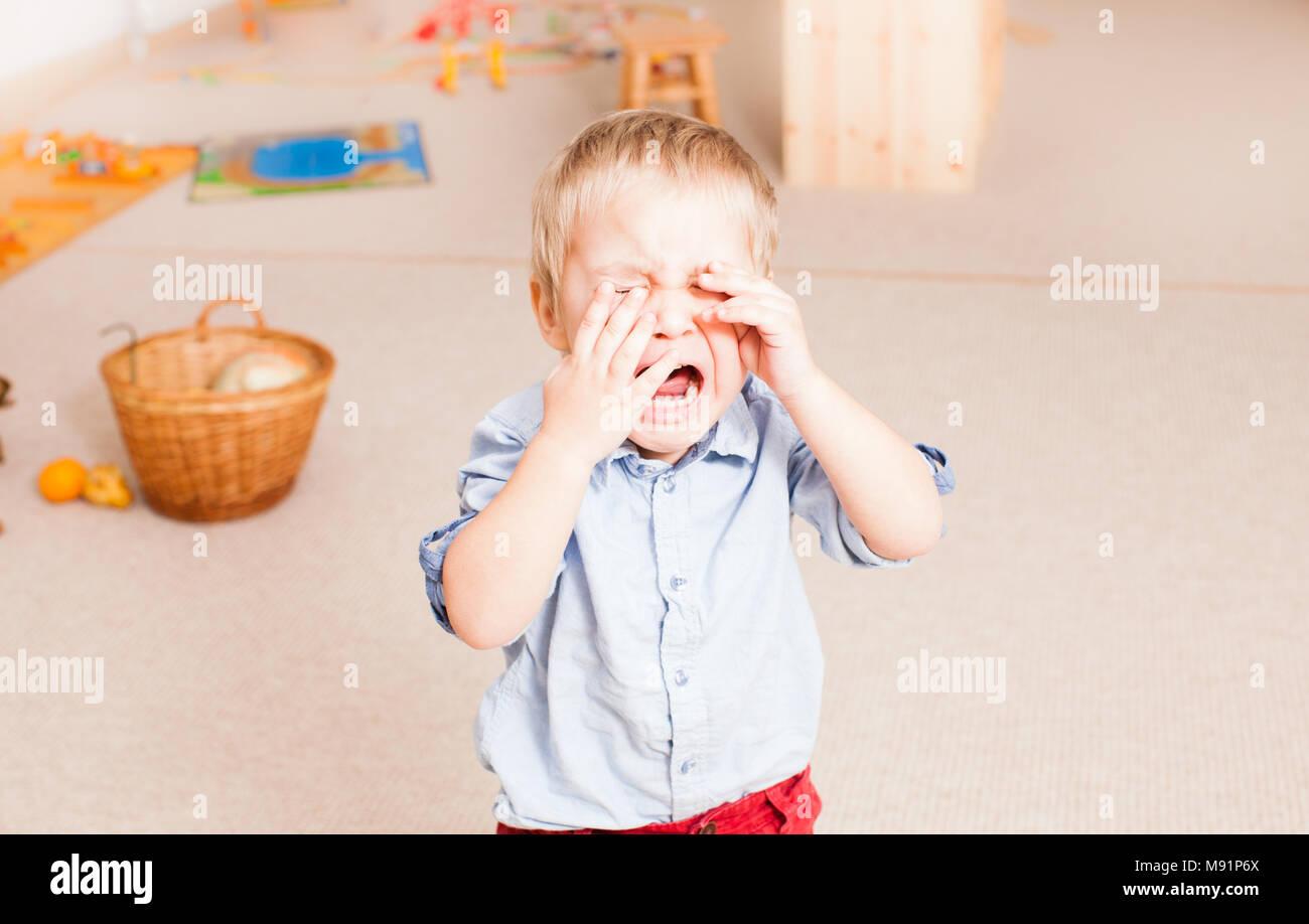 Weinenden kleinen Jungen im Kindergarten Stockbild