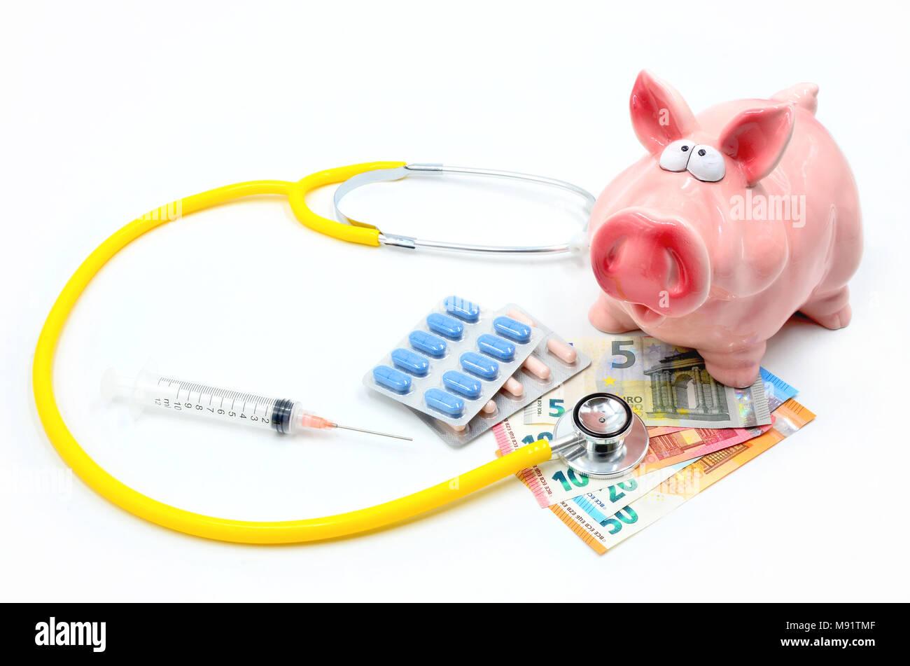 Sparschwein mit Stethoskop, Euro-Banknoten, Pillen und Spritzen isoliert Stockbild