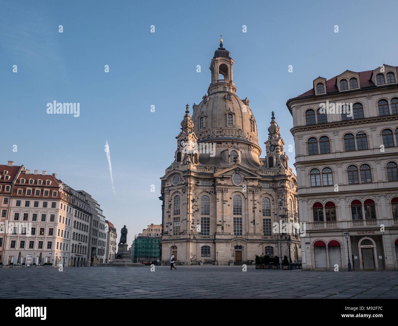 Der Muttergottes Kirche/Kirche Unserer Lieben Frau (Frauenkirche) und Luther statue am frühen Morgen, Dresden, Sachsen, Deutschland Stockbild
