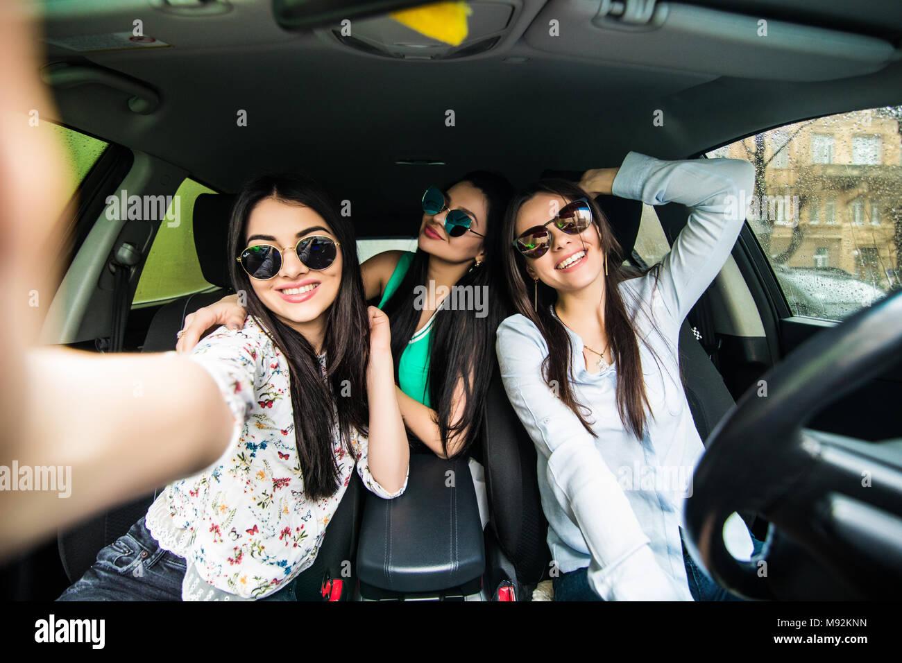 Drei Schöne Junge Fröhliche Frauen Machen Selfie Und Lächelnd Beim