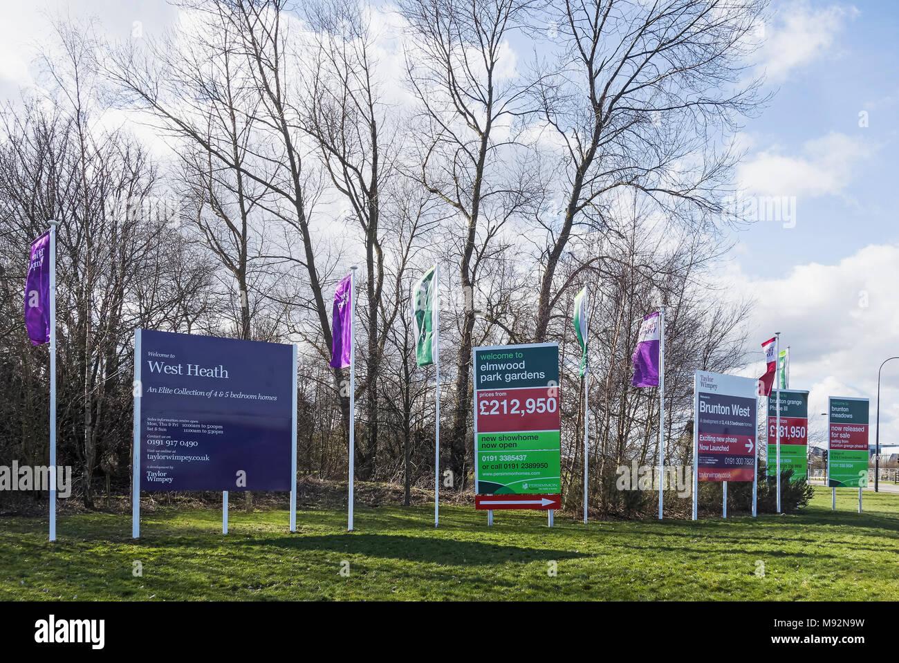 Wohnungsbau auf britischen Green Belt. Erbauer Werbeschilder für neue Eigenschaften. Stockbild