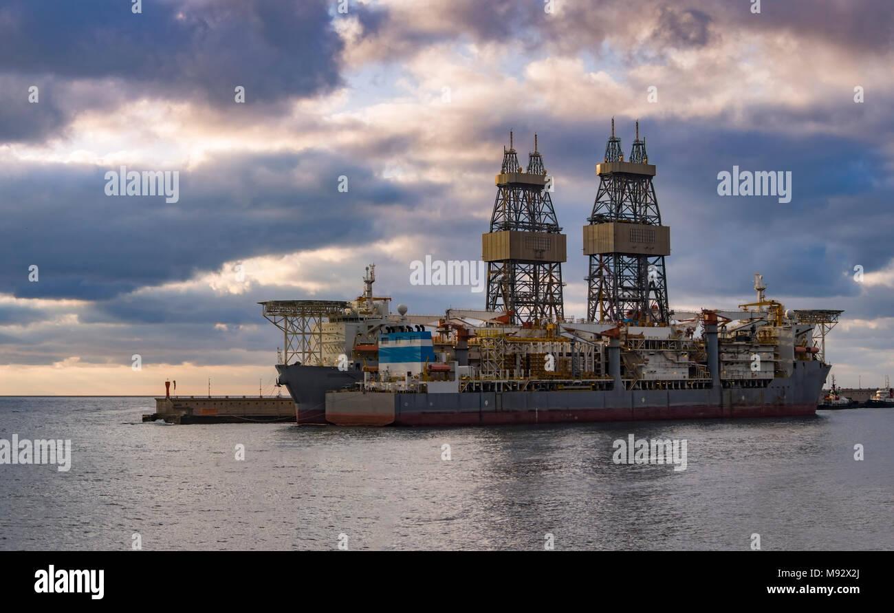 Building Offshore Oil Gas Rig Stockfotos & Building Offshore Oil Gas ...