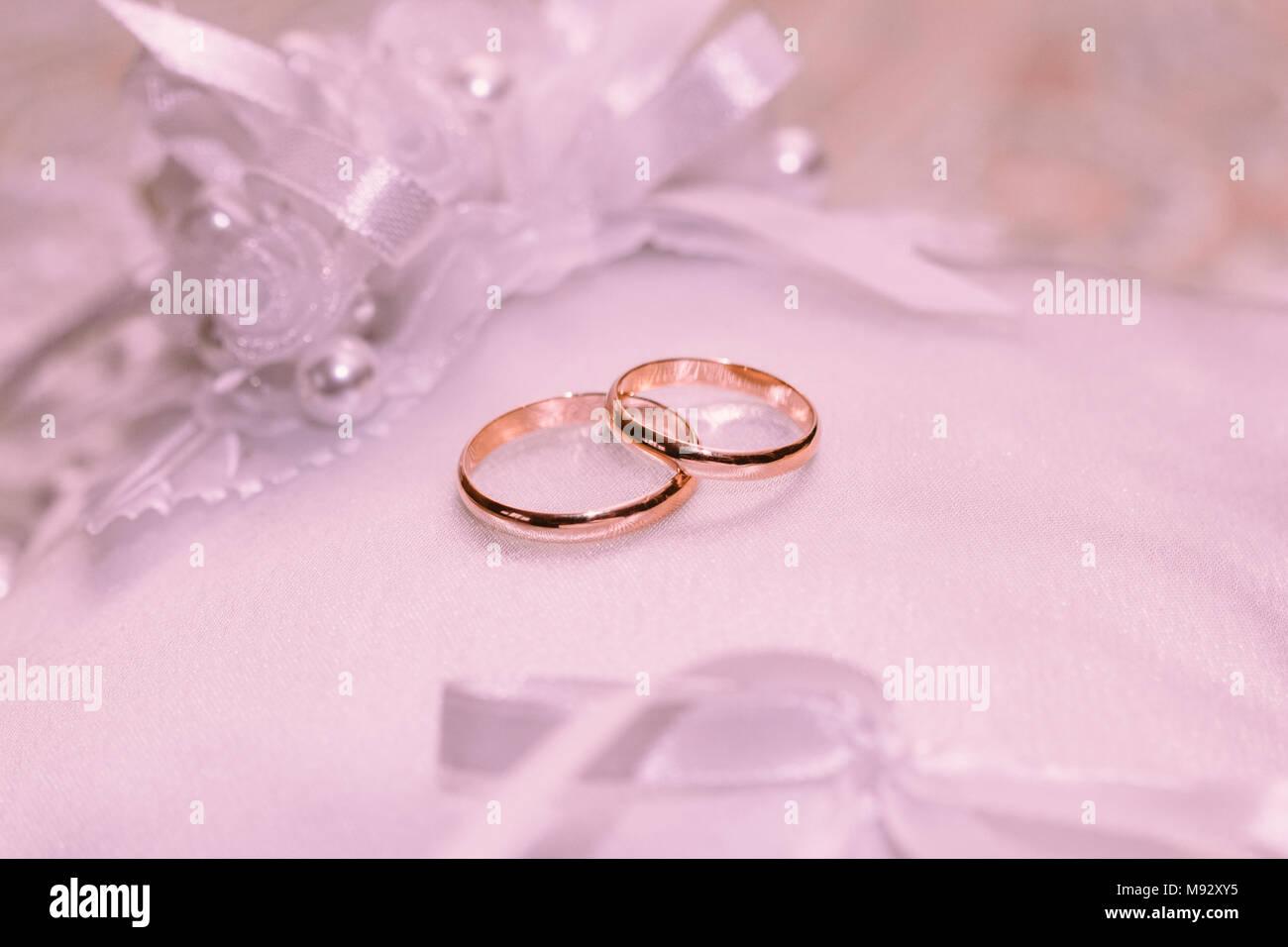 Schone Hochzeit Ringe Auf Einem Weissen Kissen Mit Satin Anstecker