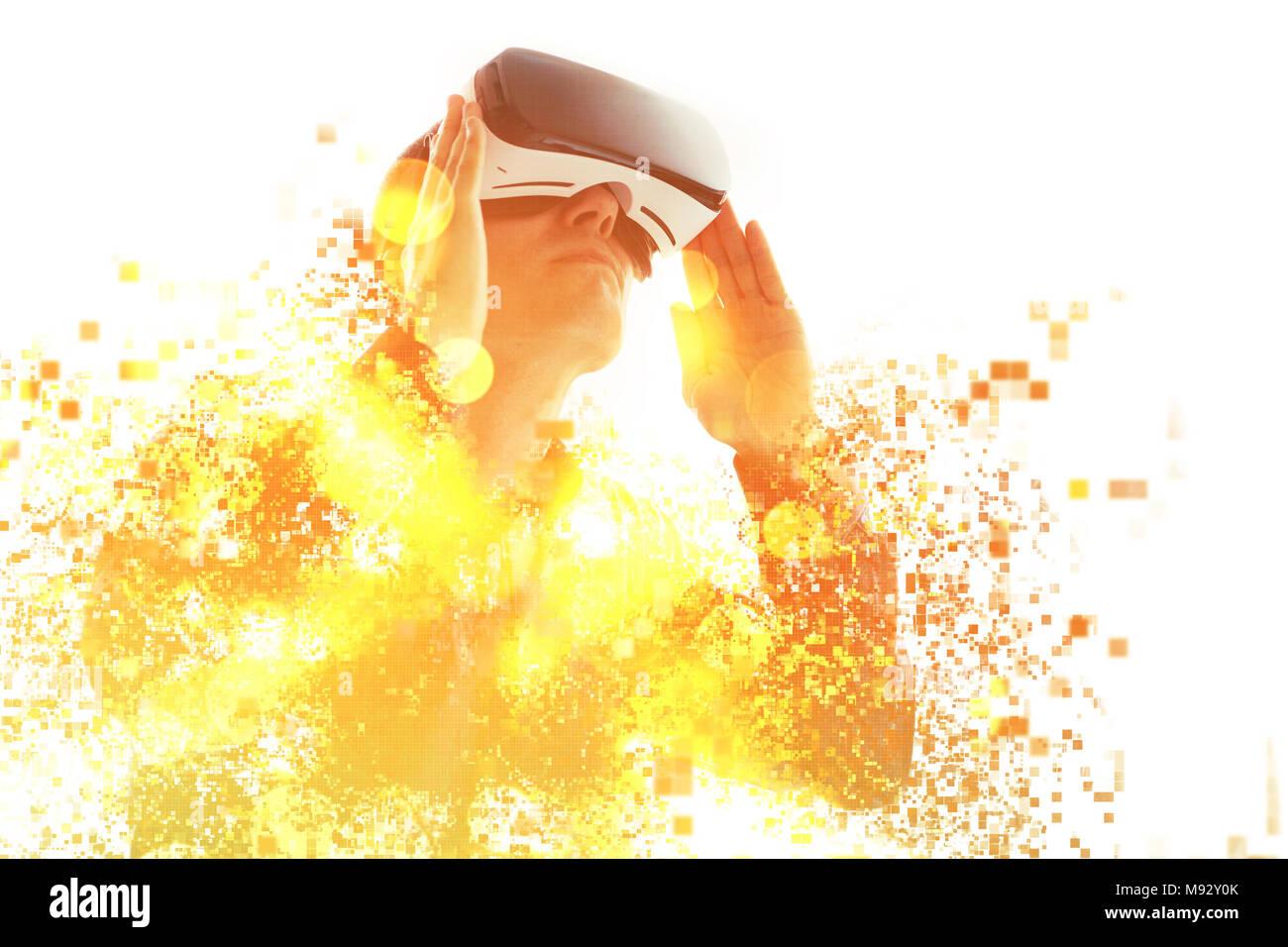 Eine Person in virtuellen Gläser fliegt in Pixel. Der Mann mit der Brille der Virtuellen Realität. Zukunft Technik Konzept. Moderne bildgebende Technik. Fragmentiert Stockbild