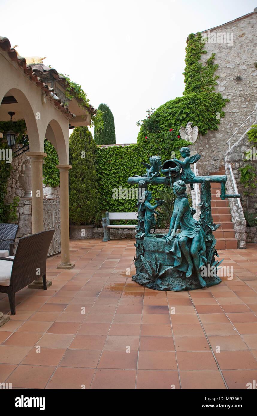 Kunstvoller Brunnen im Innenhof vom Hotel Chateau de la Chevre d'Or, mittelalterliches Dorf Èze Village, Provence, Cote d'Azur, Var, Suedfrankreich, Fran Stockbild