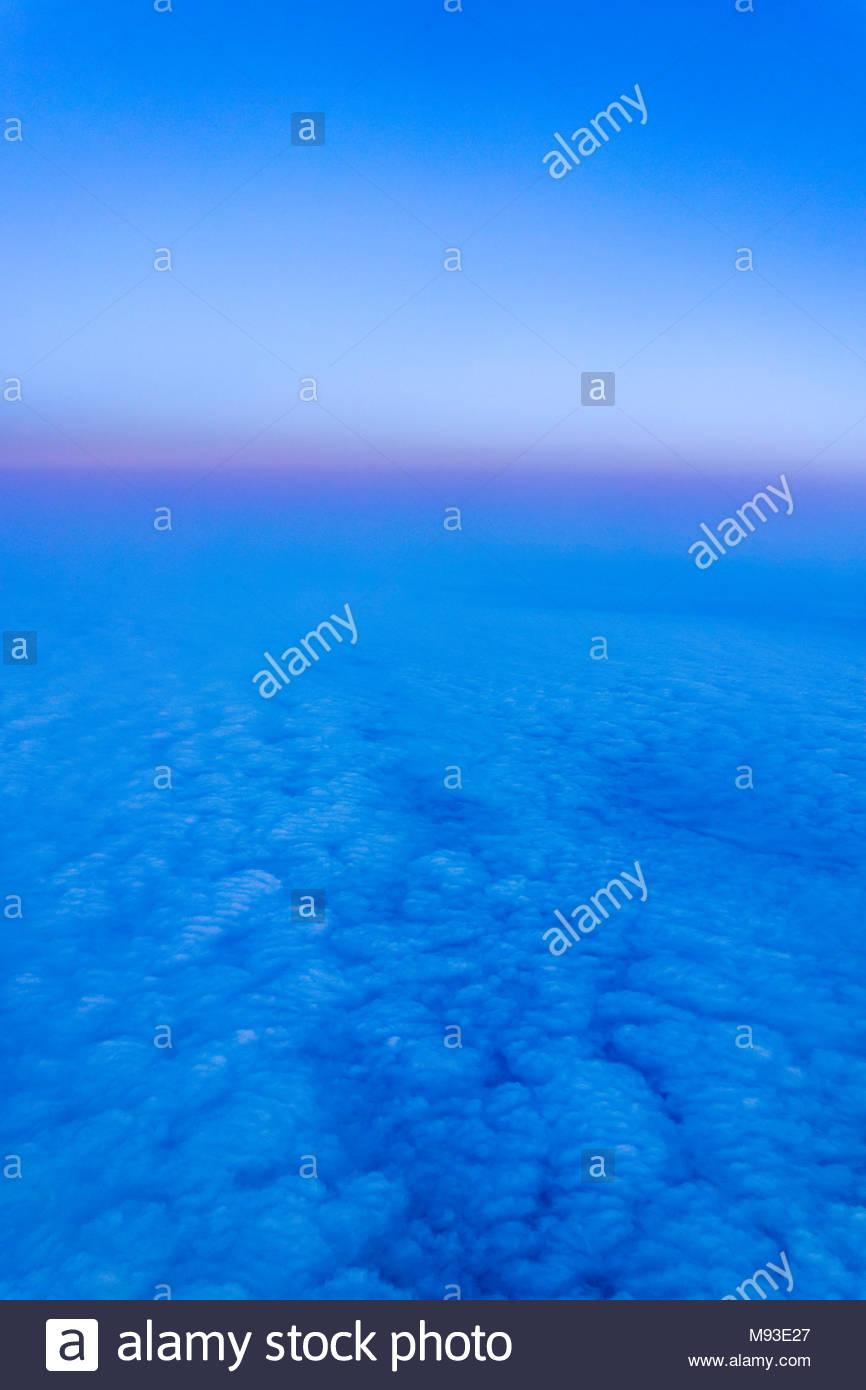Achtsamkeit während der verlorenen Gedanken während der Meditation auf einem Luftbild von Sonnenuntergang und Wolken von einem Flugzeug aus Stockbild