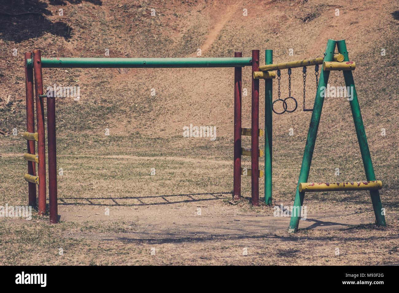 Klettergerüst English : Alte klettergerüst auf rostigen spielplatz im park stockfoto bild
