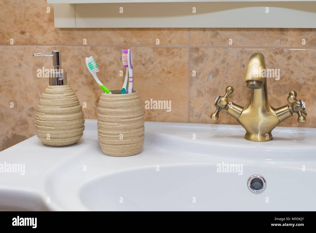 Pumpe Glasflasche Mit Flussiger Seife Auf Holz Fach In Einem Badezimmer Und Gelbe Blume Pflanzen Dekorieren Im Hintergrund Vintage Style Stockfotografie Alamy