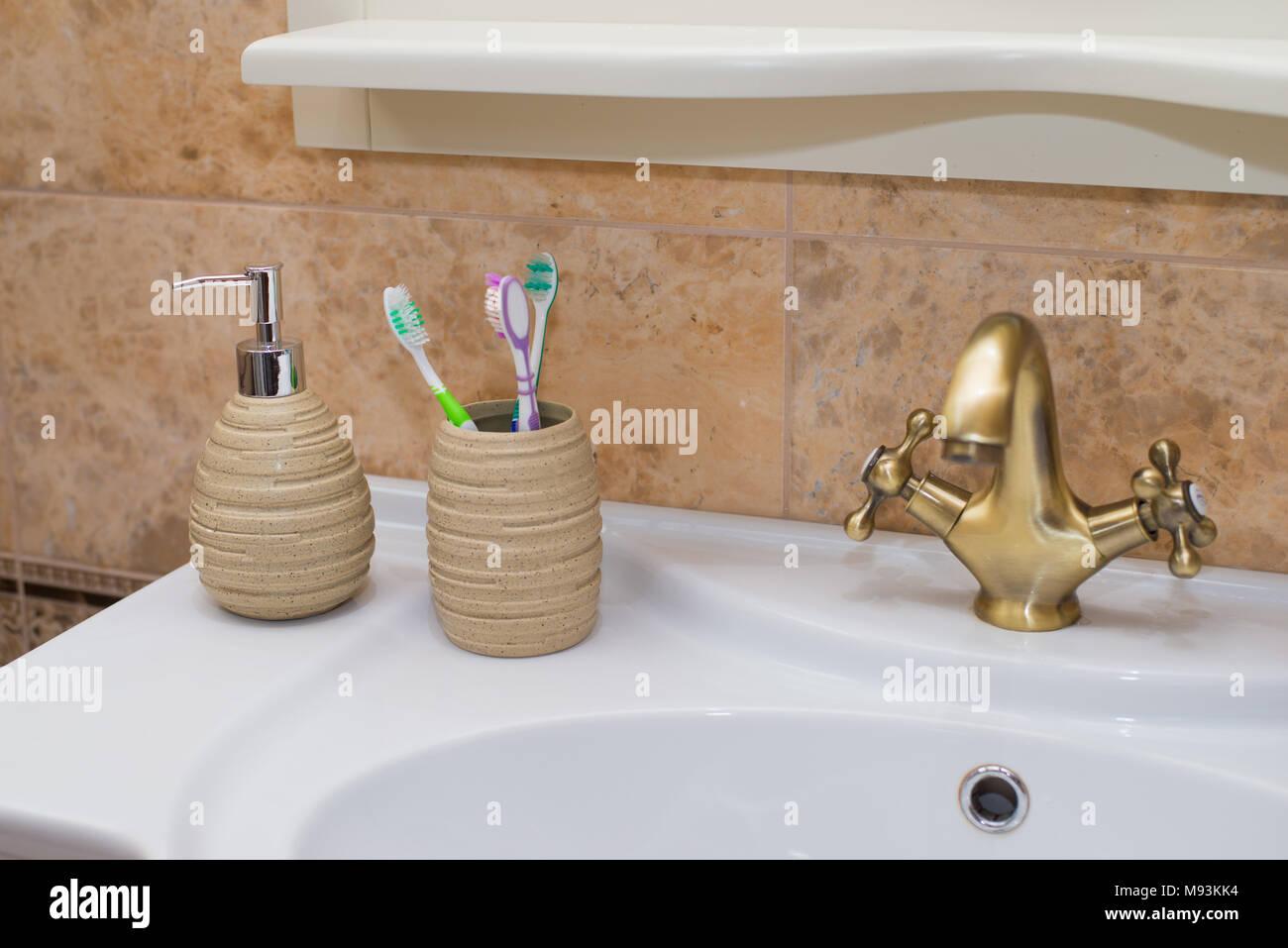 Pumpe Glasflasche Mit Flussiger Seife Auf Holz Fach In Einem