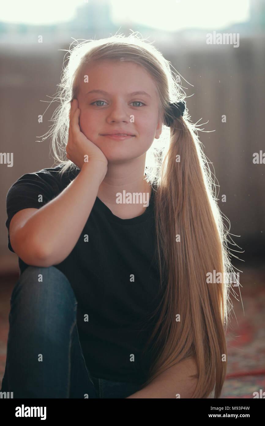 Portrait von schönen Mädchen Teenager mit blonden langen