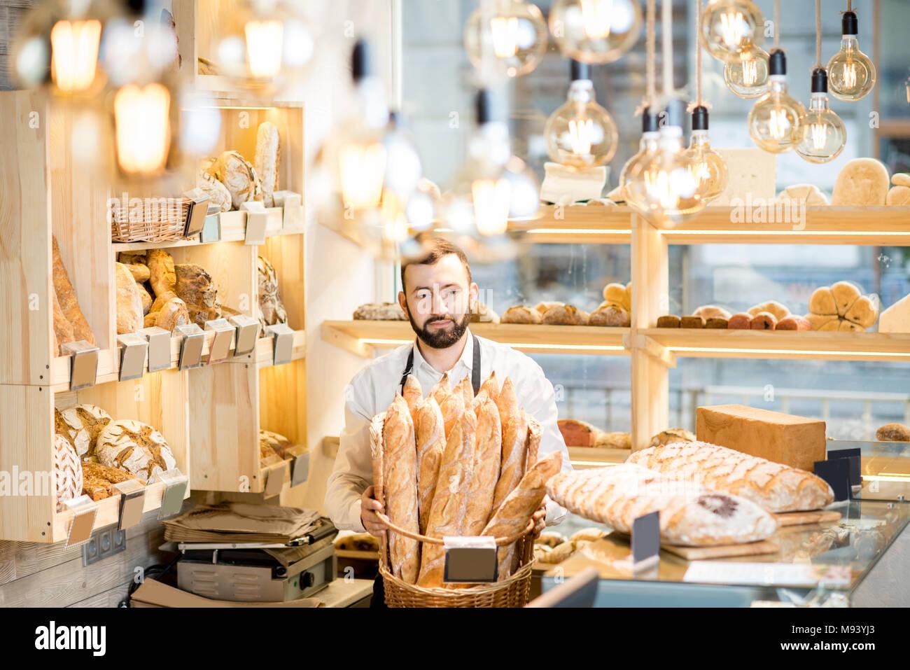 Verkäufer im Brot speichern Stockfoto