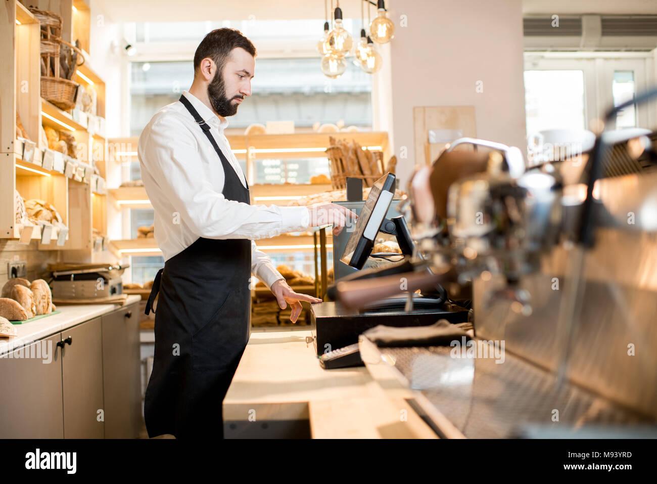 Brot Verkäufer im Store. Stockfoto