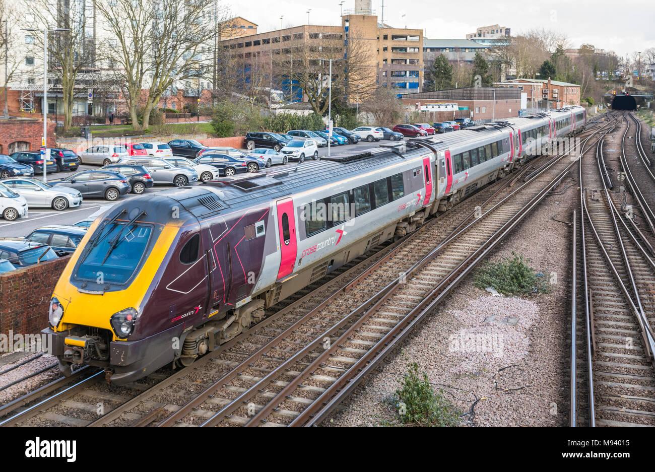 Querfeldein (Cross Country) 5 Schlitten Voyager Zug auf eine britische Eisenbahn in Southampton, Hampshire, England, UK. Travel Concept, Stockbild
