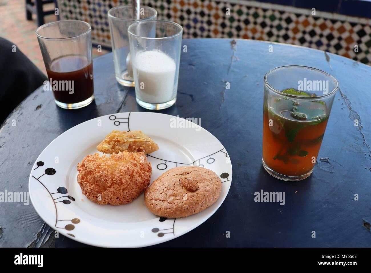 Ein Glas Kaffee, ein Glas Pfefferminztee und eine ganze Menge Zucker mit dem Gebäck in Marokko zu gehen Stockbild