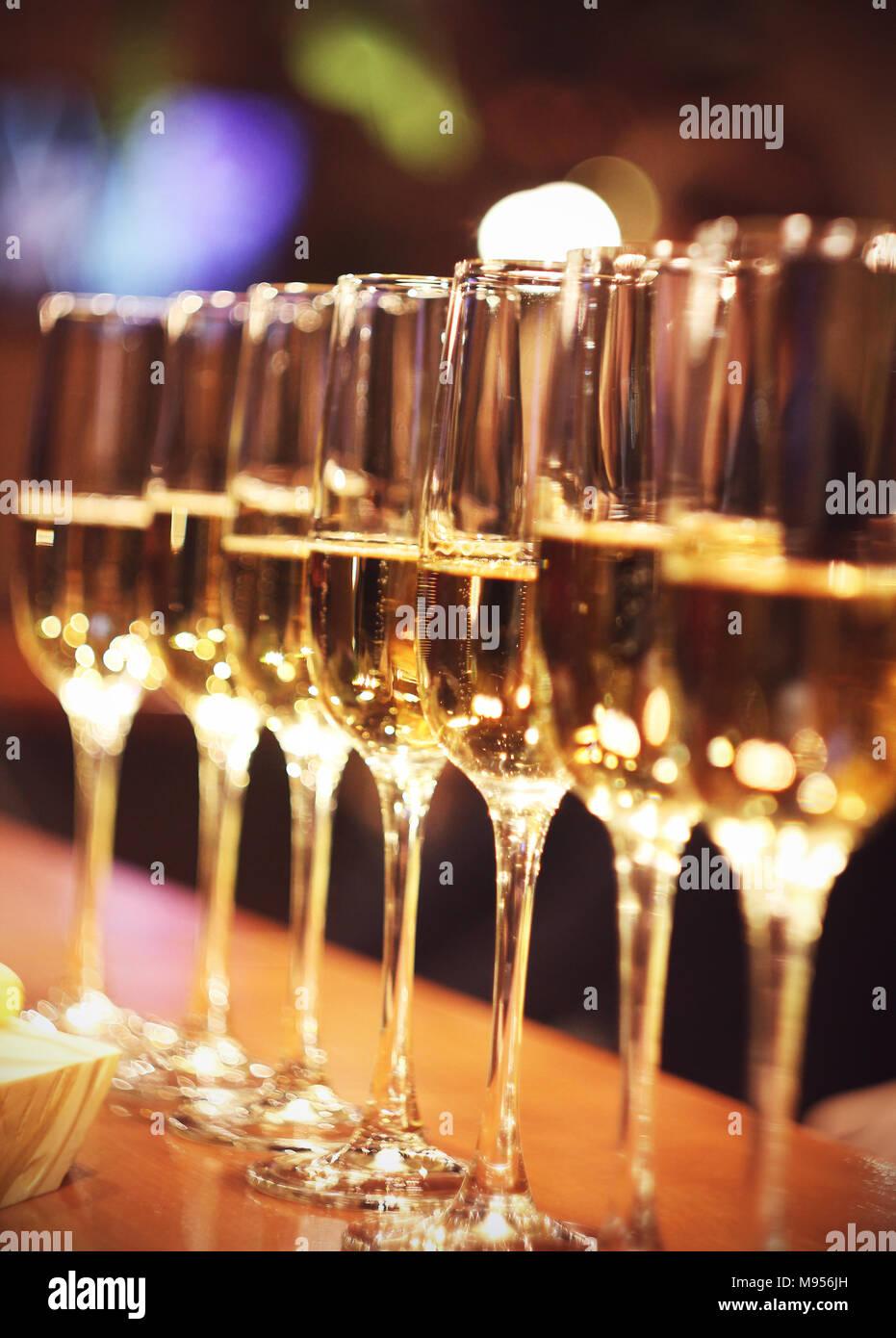 Sekt Gläser Champagner stehen in der Zeile an der Bar, Catering Stockbild