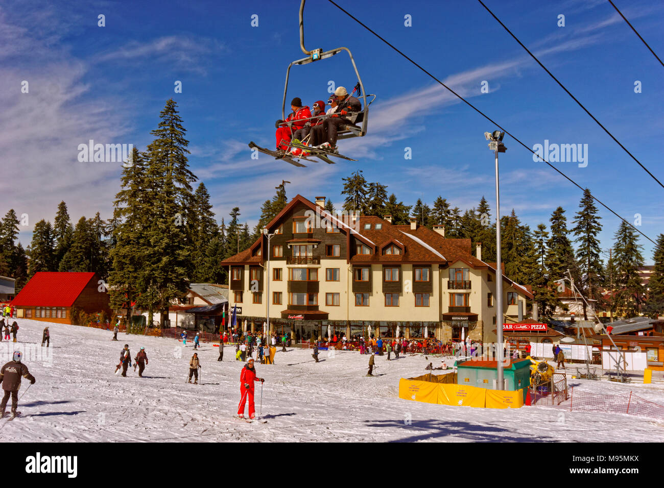 Hotel Ice Angels und Martinovi Baraki Sesselbahn am Borovets Ski Resort, Targovishte, Bulgarien. Stockbild