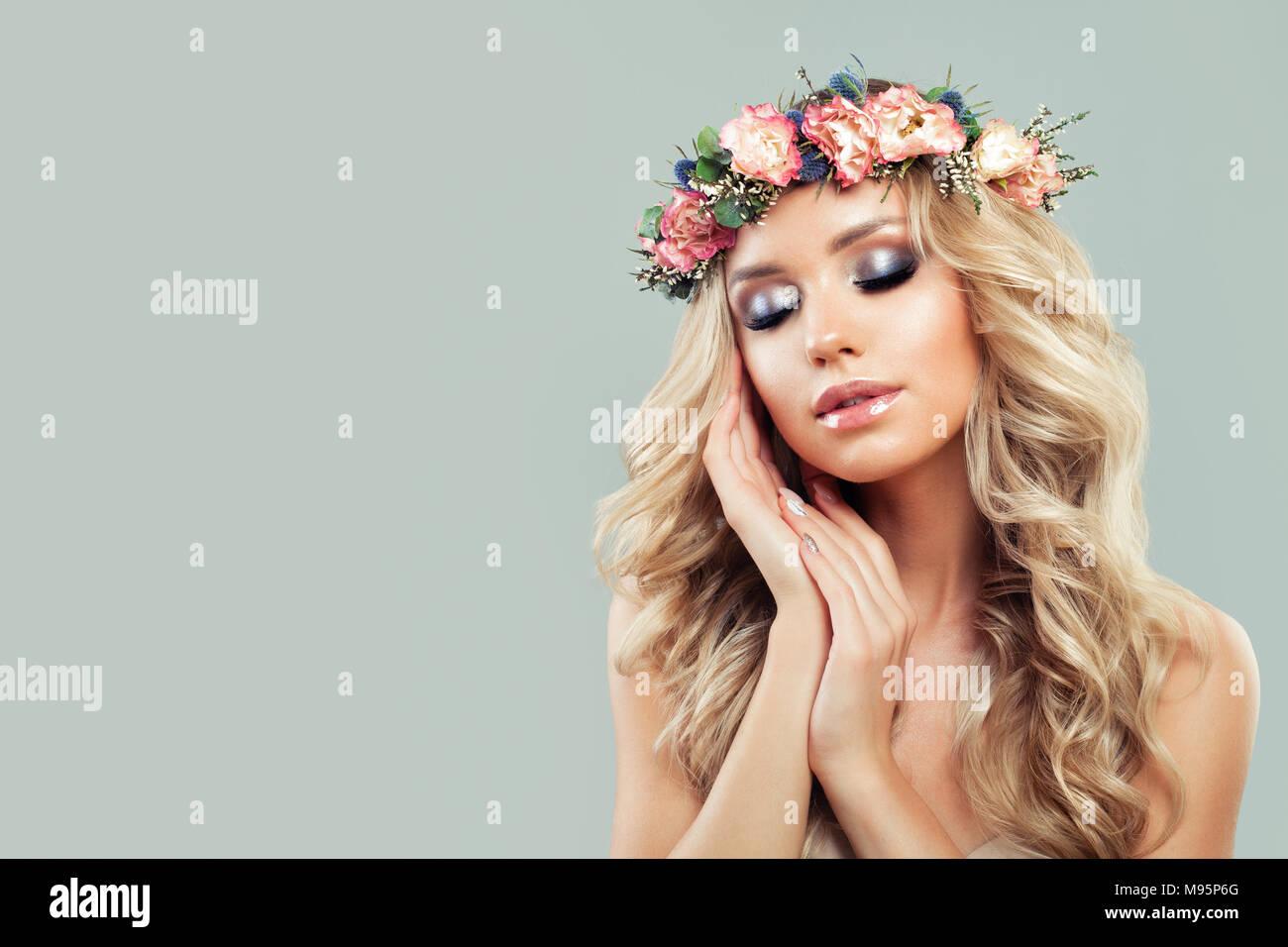Sommer Schönheit Schöne Junge Frau Mit Blumen Kranz Lange