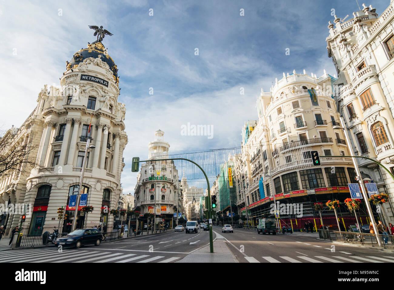 Madrid, Spanien: Gran Via Hauptstraße und Metropolis Gebäude. 1911 eröffnet, wurde es von Jules und Raymond Février konzipiert Stockfoto