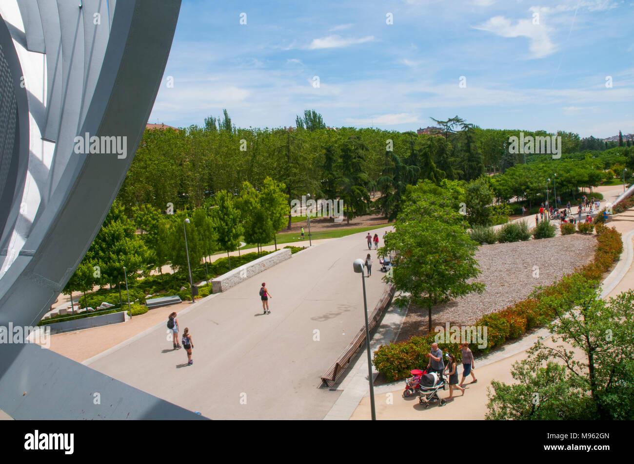Blick von Perrault Brücke. Madrid Rio Park, Madrid, Spanien. Stockbild