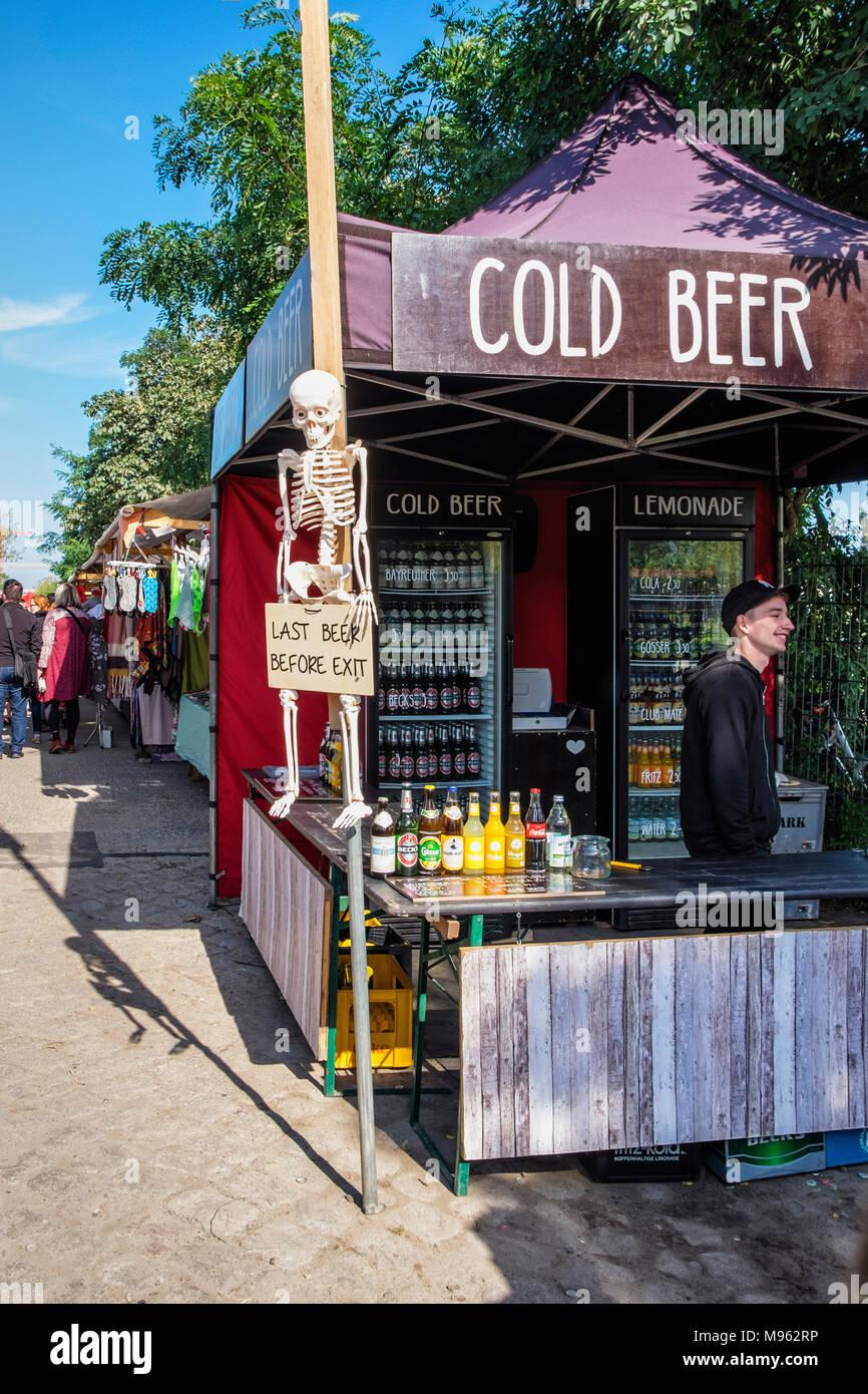 berlin mitte mauerpark sonntag markt abschaltdruck verkauf kaltes bier mit skelett lustige. Black Bedroom Furniture Sets. Home Design Ideas