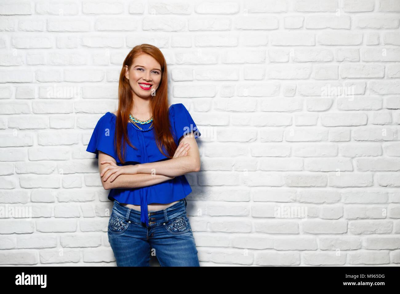 Porträt der weißen Frau glücklich lächelnd. Kaukasische rothaarige Mädchen lachend und Kamera. Platz kopieren Stockbild