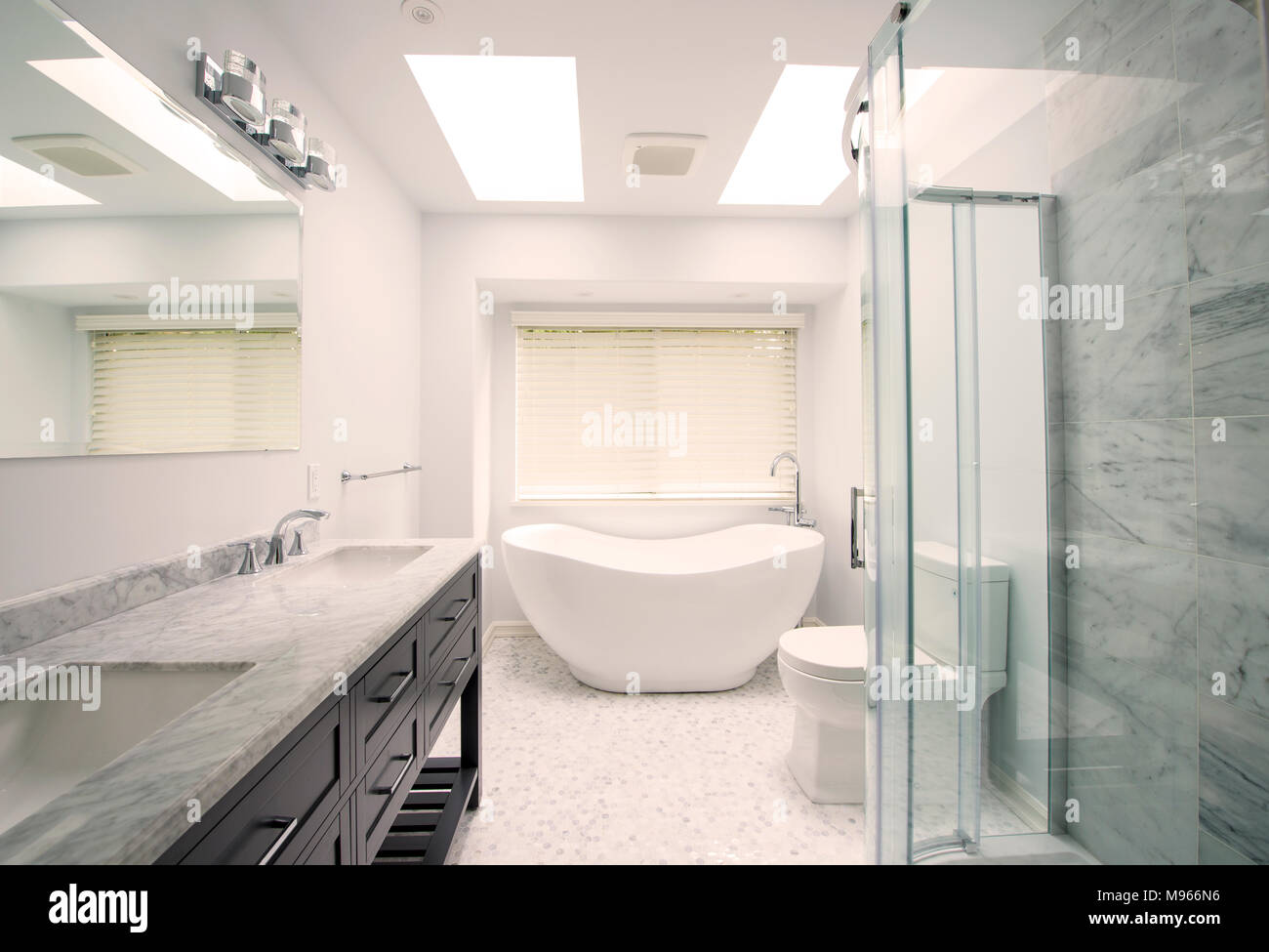 Neu renoviertes Badezimmer mit modernen Armaturen Stockfoto, Bild ...