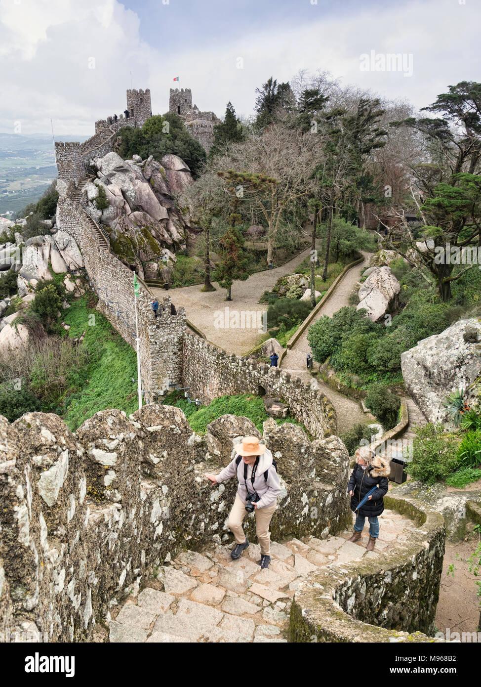 Vom 3. März 2018: Sintra, Portugal - Touristen erkunden die Burg der Mauren in Sintra, Portugal, auf einer frühen Frühling. Stockbild