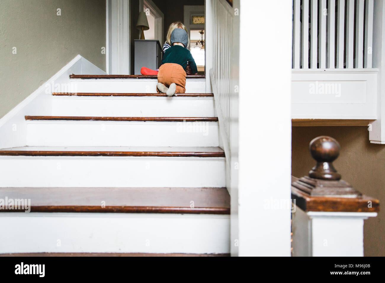 baby krabbeln die treppe stockfoto bild 177781419 alamy. Black Bedroom Furniture Sets. Home Design Ideas