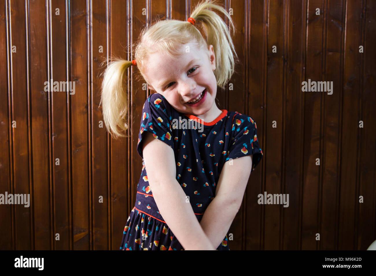Mädchen mit Zöpfen Grimassen Stockbild