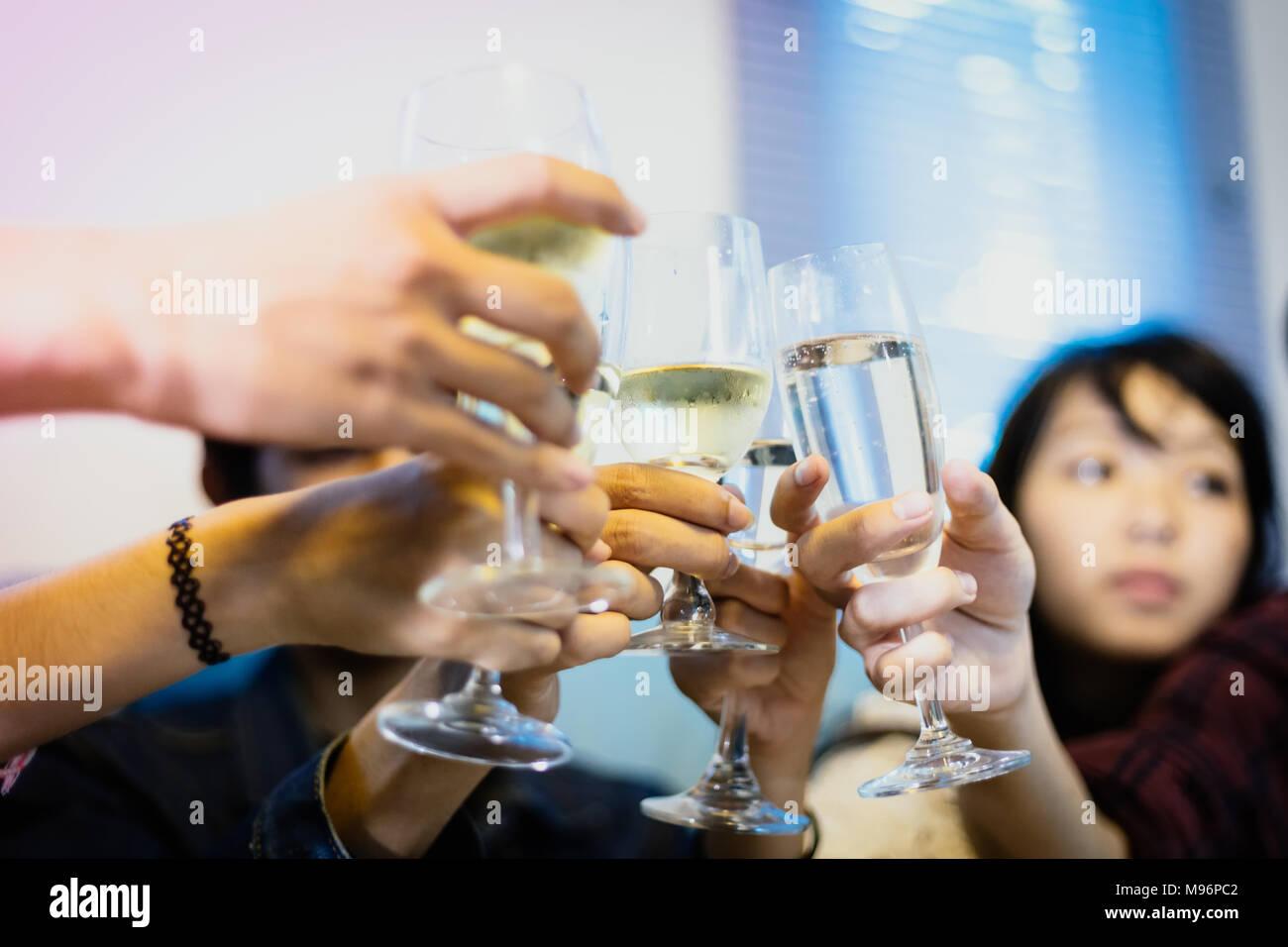 Asiatische Gruppe von Freunden in Partei mit alkoholischen Bier Getränke und jungen Leuten an der Bar toasten Cocktails. Soft Focus genießen Stockbild